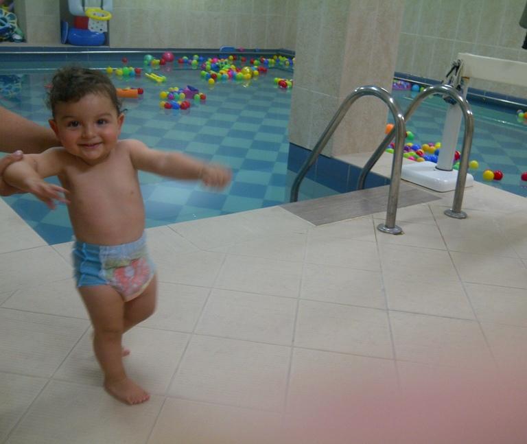 Înotătorul Teddy face performanță cu chiloți de baie de la Huggies!!