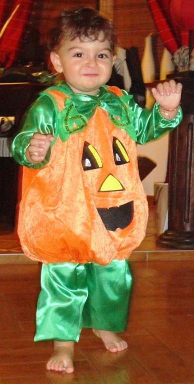 Teddy vrea să știe ce costum de Halloween să aleagă!! Voi ce ziceți???